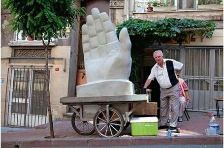 İnsanlık anıtına 'yardım eden eller'