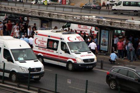 Metrobüs durakta bekleyen yolcuya çarptı