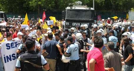 Emekçiler Diyarbakır'da barikatları yıktı
