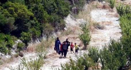 Sınırın iki yakasında evler basılıyor