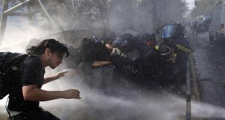 Şili'de öğrenciler yine alanlara çıktı
