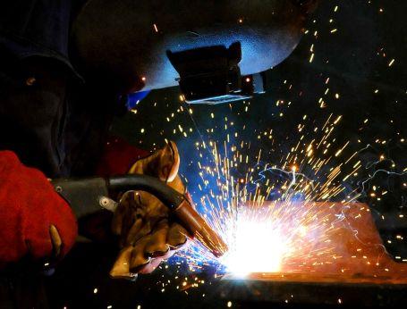Metal işçisi yumruğunu masaya vurdu!