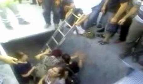 Metrobüs durağında çökme; onlarca yolcu çukura düştü
