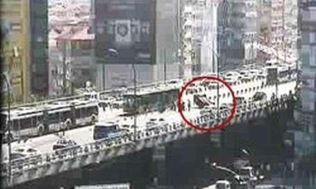 Metrobüs yoldan çıktı, E-5 kilitlendi