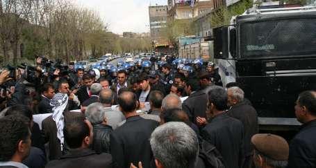 Diyarbakır'da 'Çözüm Çadırı'na polis barikatı
