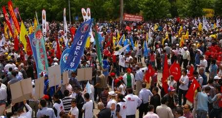 Antep'te binlerce işçi taleplerini haykırdı