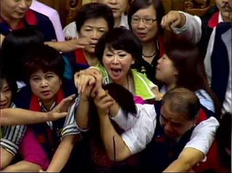 Tayvan parlamentosunda 'nükleer santral' kavgası