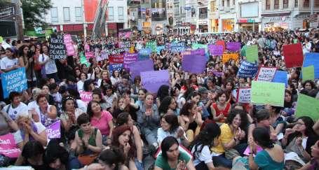 Kadınlar kürtaj hakkı için sokaklara çıktı
