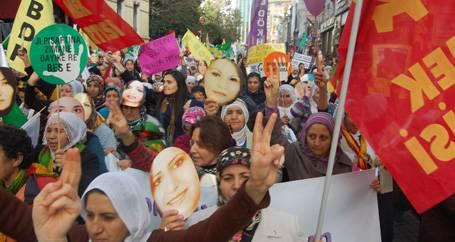 Şiddete karşı yürüyen kadınlara dava