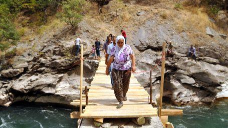 Kesilen asma köprülerini yeniden yapıyorlar