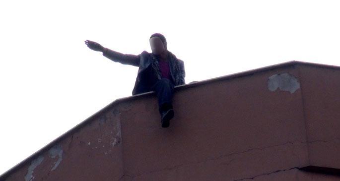 \'5 kardeşim aç\' diyerek çatıya çıktı