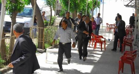 Esnaf ziyaret eden vekile polis saldırdı
