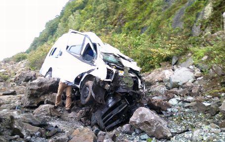 Yamaçtan kopan kayalar minibüse çarptı: 12 yaralı