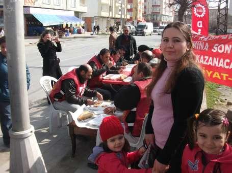 EMEP'li kadınlardan direnişçi işçilere ziyaret