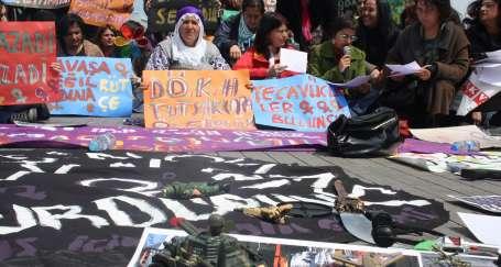 Kadınlar Taksim'de savaş oyuncaklarını kırdı