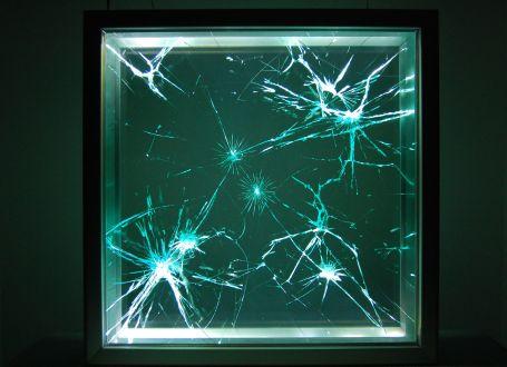 Kırık camlarda hareketli imgeler