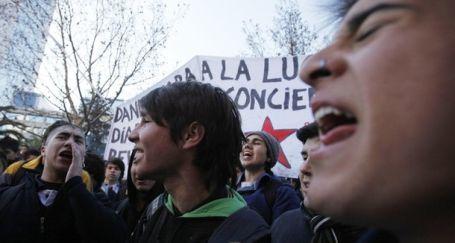 Şili'de öğrenciler yeniden sokağa çıktı
