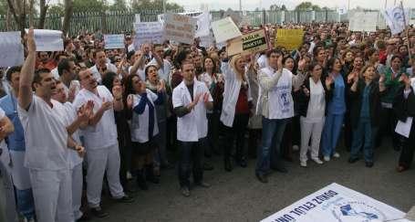 Yüzlerce sağlık emekçisi isyanda