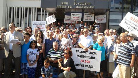 Arsa mağdurları belediye önünde