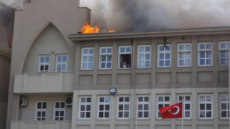 Lise çatısında yangın: 1 işçi yaralı