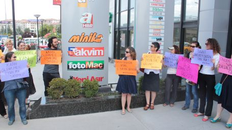 Kadınlar Takvim'i protesto etti