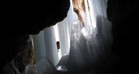 Buzlu mağaraları göz kamaştırıyor