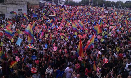 Binler, onurlu bir demokrasi için yürüdü