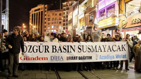 Tutuklu gazeteciler serbest bırakılsın