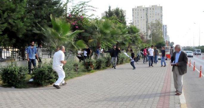 Adliye önünde bekleyen öğrencilere kılıçlı saldırı