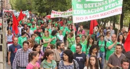 İspanya'da öğrenci ve veliler yürüdü