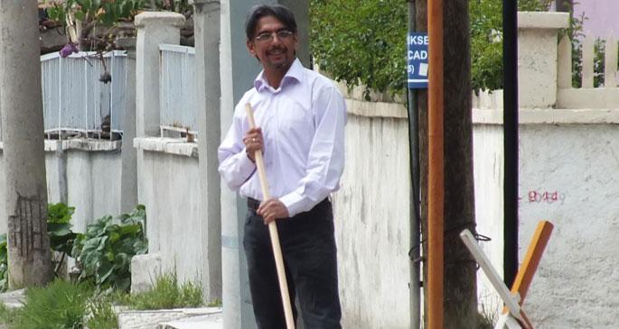 AKP, ödüllü şairi temizlik işçisi yaptı
