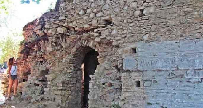 Antik manastır ilgisizlikten yıkılıyor