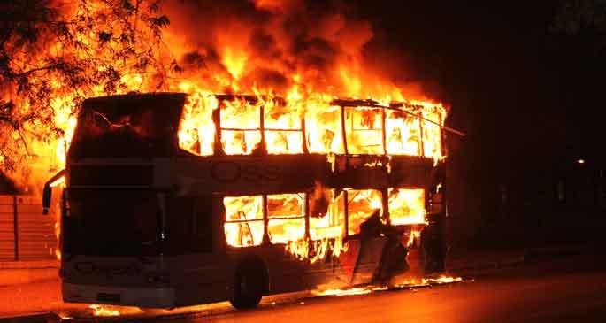 Bahçelievler\'de çift katlı otobüs alev alev yandı