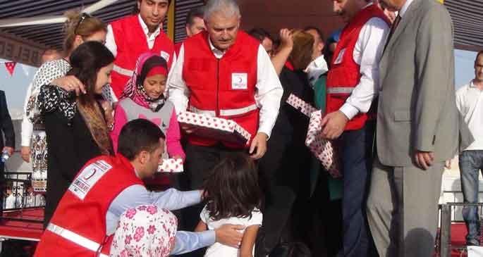Bakanlar, Suriyeli çocuklara oyuncak dağıttı