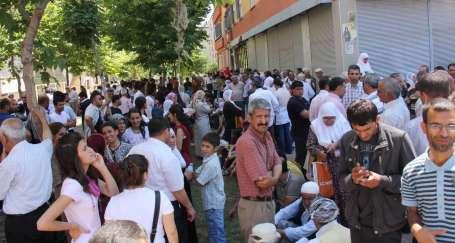 Binler, tutuklu vekiller için toplandı