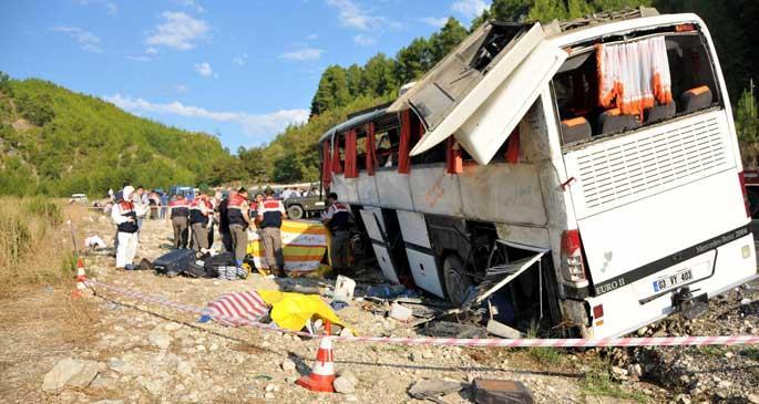 Berberleri taşıyan otobüs devrildi: 13 ölü, 25 yaralı