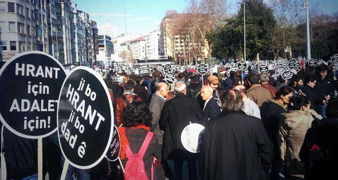 Binler Taksim'de Hrant Dink için toplandı