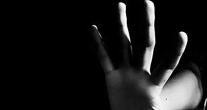 Bir tacizci elini kolunu sallayarak geziyor