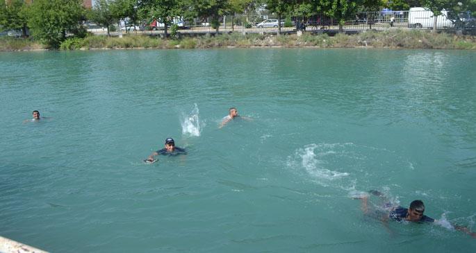 Boğulma pahasına yüzüyorlar