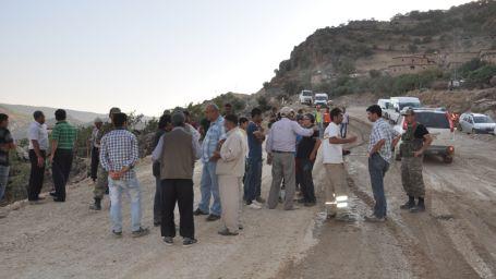 Köylüler baraja karşı yol kapattı