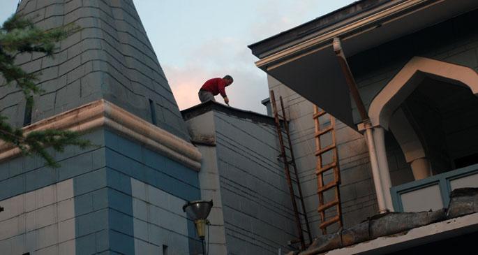 Cami kubbesinde onarım yaparken düşen işçi ağır yaralandı