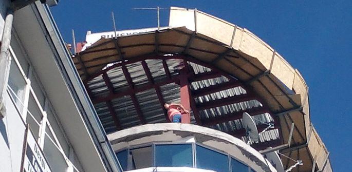 Canına tak eden İŞKUR işçisi çatıya çıktı