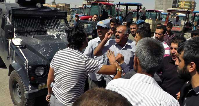 Çiftçiler traktörlerle İpek Yolu\