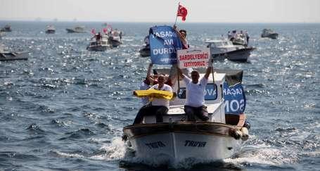 Trolle balık avına karşı pankartlı eylem