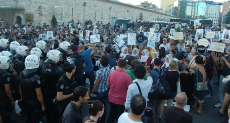 Meslektaşlarına sahip çıkan gazetecilere polis engeli