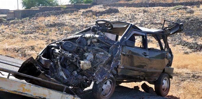 Diyarbakır\'da tekeri patlayan araç devrildi: Polis memuru ve oğlu hayatını kaybetti