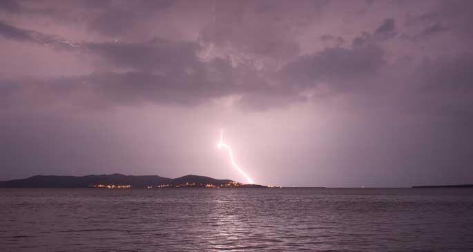 Marmara Adası\'na yıldırım düştü