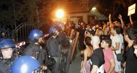 Kıbrıslılar patlamayı protesto etti