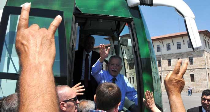 Ekmeleddin İhsanoğlu, Madımak Oteli'ne karanfil bıraktı