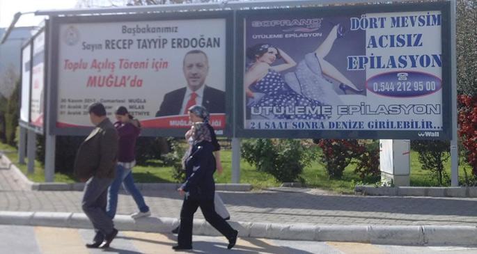 Erdoğan gelecek diye önce eteği uzatıp sonra tamamen kaldırdılar